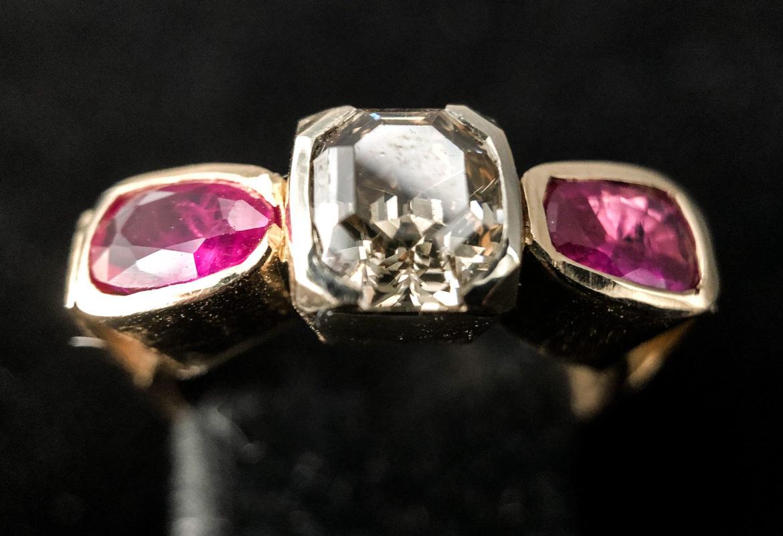 51 Bague diamant taille émeraude et deux rubis