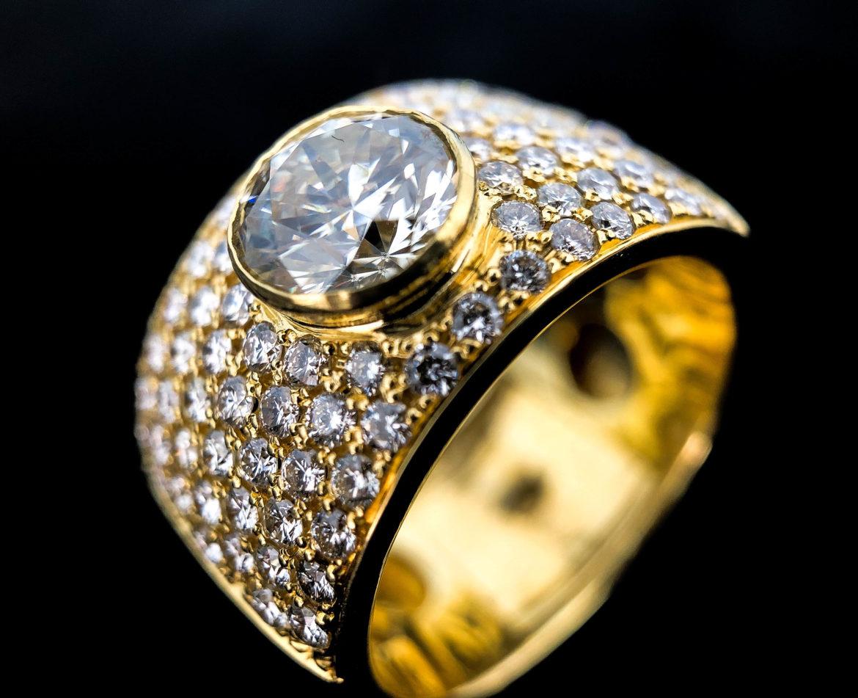 43 Bague diamant taille brillant et pavé de brillants