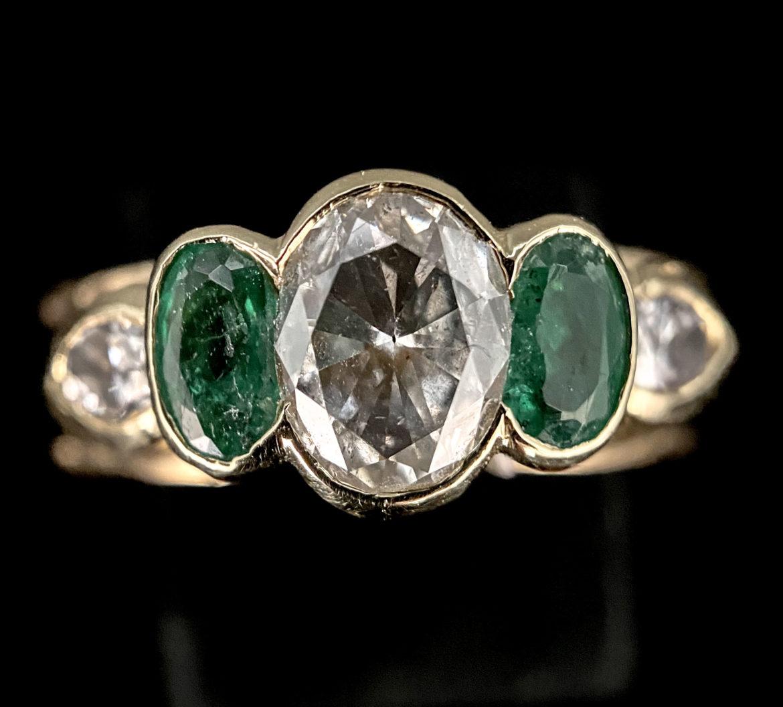 56 Bague diamant taille ovale et deux émeraudes