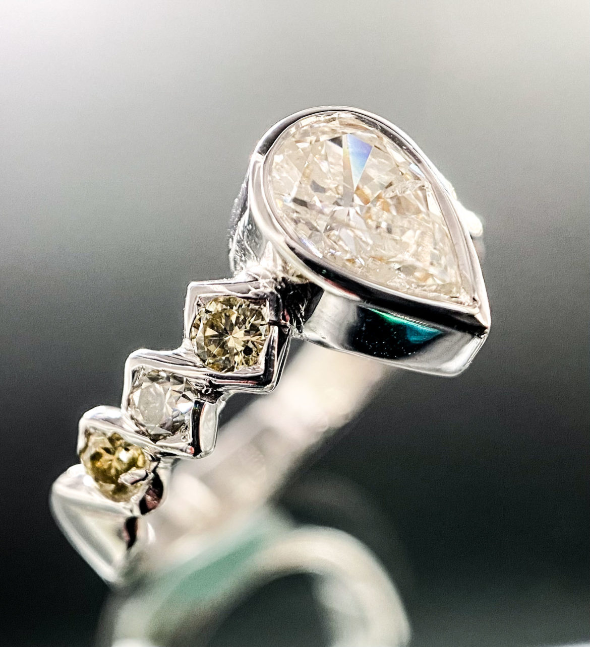 65 Bague diamant poire
